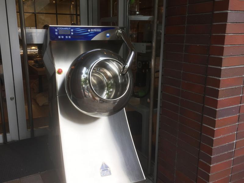 入り口側にはカカオの焙煎機が置かれている