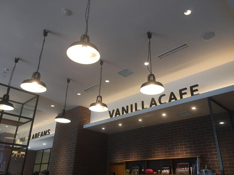 ショップと併設の広々としたカフェ