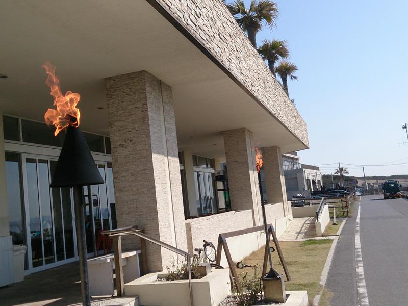 ササンビーチカフェ正面入口には炎が灯る