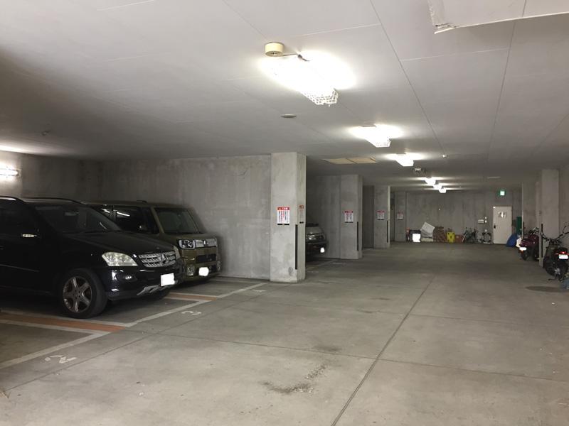 ササンビーチカフェの駐車場内部